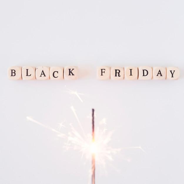Inscrição de sexta-feira negra em cubos com fogo de bengala Foto gratuita
