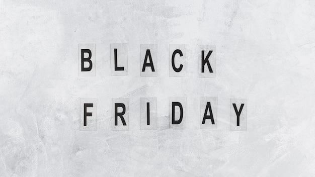 Inscrição de sexta-feira negra na mesa Foto gratuita