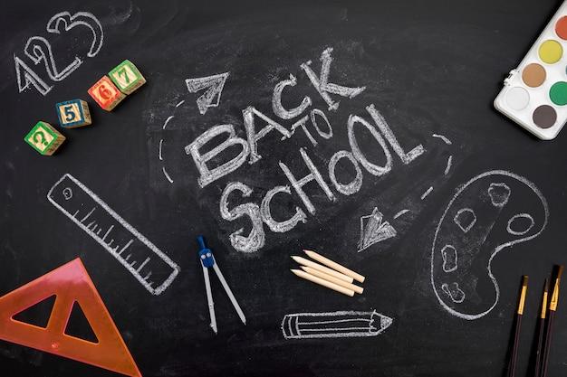 Inscrição de volta à escola no quadro-negro Foto gratuita