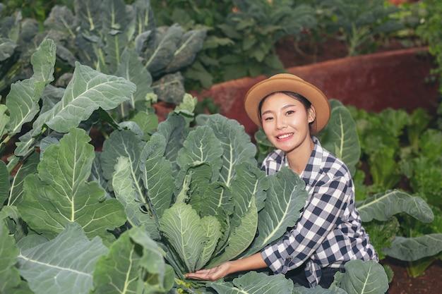 Inspeção da qualidade da horta pelos agricultores Foto gratuita
