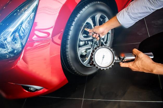Inspeção de carros asiáticos medir a quantidade de pneus de borracha inflados Foto Premium