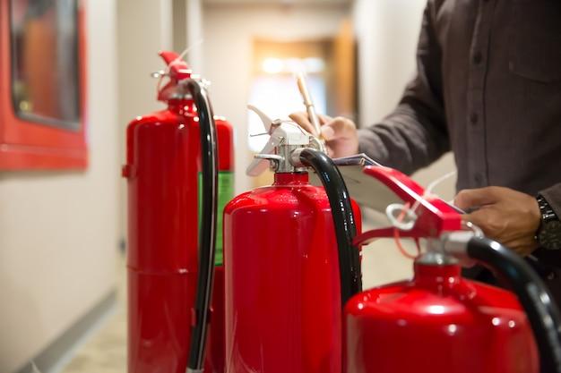 Inspeção de engenheiros extintor de incêndio. Foto Premium