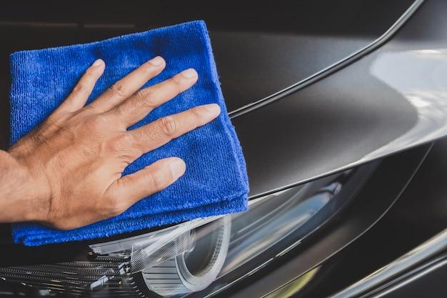 Inspeção e limpeza asiáticas de homem lavagem de carro de equipamento com carro cinza para limpeza de qualidade ao cliente no showroom de carro de serviço transporte automóvel transporte imagem automotiva. Foto Premium