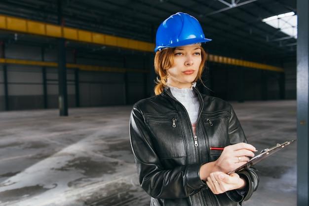 Inspetor de canteiro de obras fazendo relatório Foto Premium