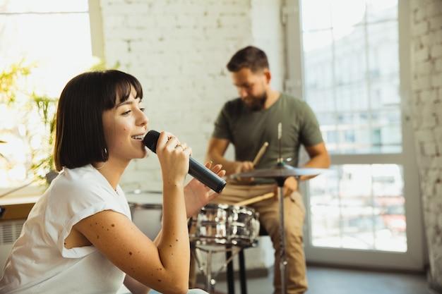 Inspiração. banda de músicos tocando juntos no local de trabalho de arte com instrumentos. Foto gratuita