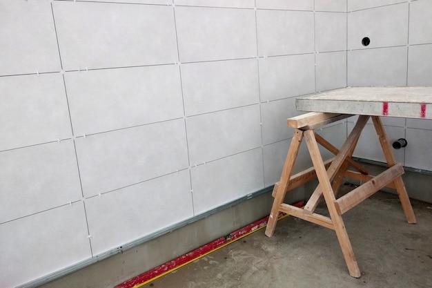 Instalação de azulejos de parede na cola de argamassa. Foto Premium
