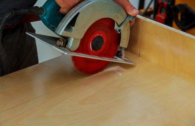 Instalação de cozinha. trabalhador, usando, circular, electro, serra, corte, cozinha, gabinete Foto Premium