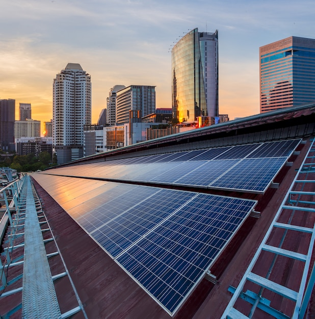 Instalação fotovoltaica do painel solar em um telhado da fábrica Foto Premium