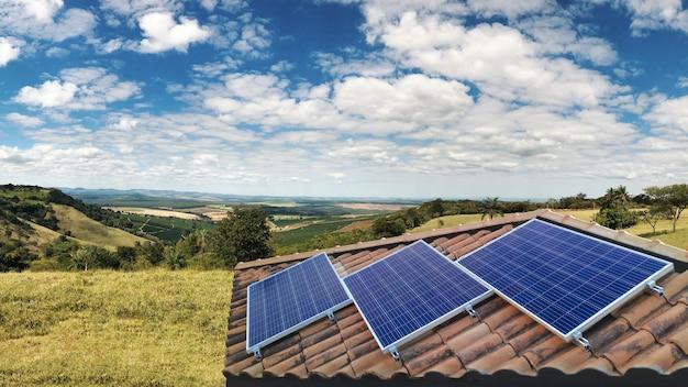 Instalação fotovoltaica do painel solar em um telhado, fonte de eletricidade alternativa Foto Premium