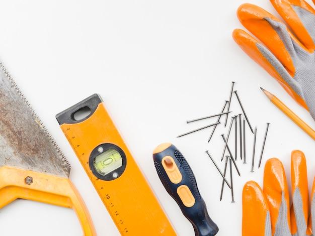 Instrumentos de carpinteiro em fundo branco Foto gratuita