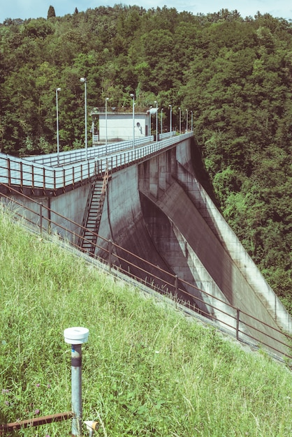 Instrumentos de medição (extensômetro e nível topográfico) para monitoramento da estabilidade em uma barragem. Foto Premium