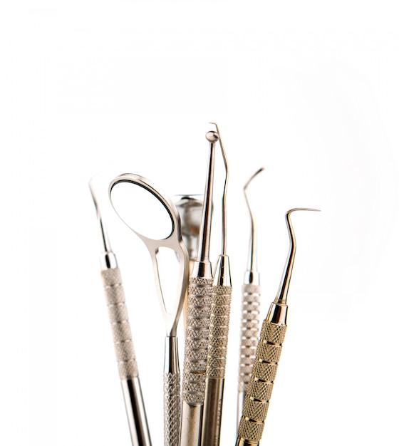 Instrumentos dentários e equipamentos. sobre o fundo branco Foto gratuita