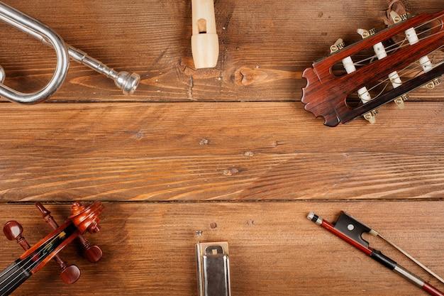 Instrumentos em fundo madeira Foto Premium