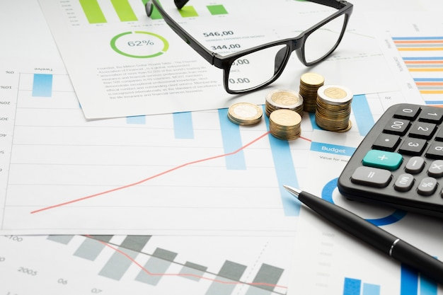Instrumentos financeiros de close-up com óculos Foto Premium