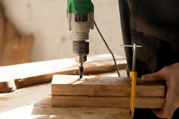 Instrumentos profissionais para o conceito de madeira Foto gratuita