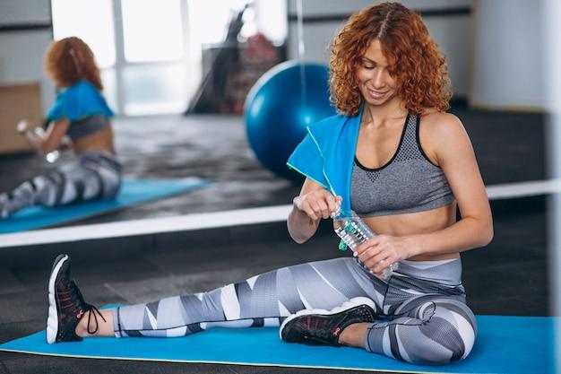 Instrutor de fitness de ioga no ginásio Foto gratuita