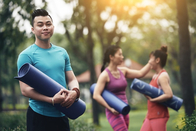 Instrutor de ioga alegre Foto gratuita