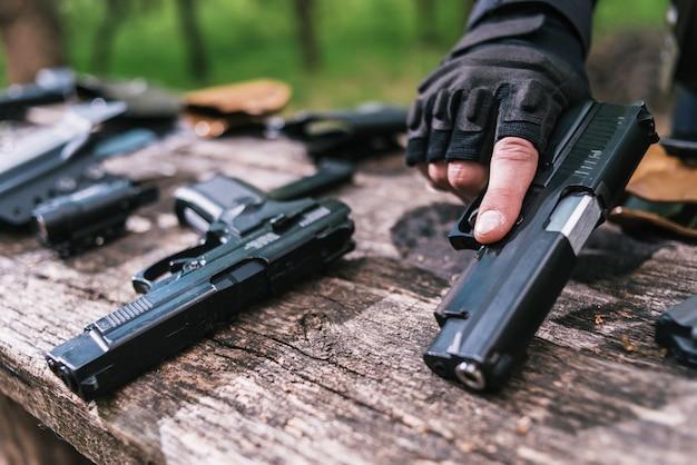 Instrutor de tiro esportivo, verifique seu close de armas Foto Premium