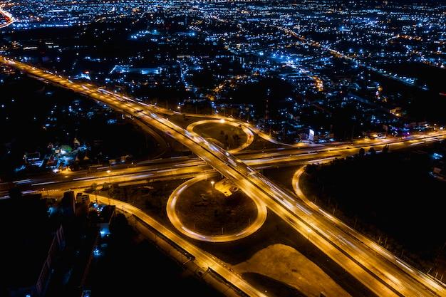 Intercambiar autoestrada de alta autoestrada e logística de transporte rodoviário conectam-se à cidade ç Foto Premium