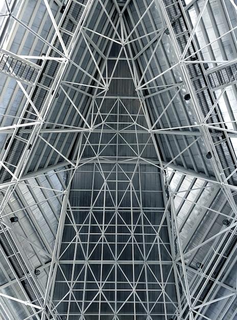 Interior abstrato do telhado da estrutura do metal em macio e branco azuis Foto Premium