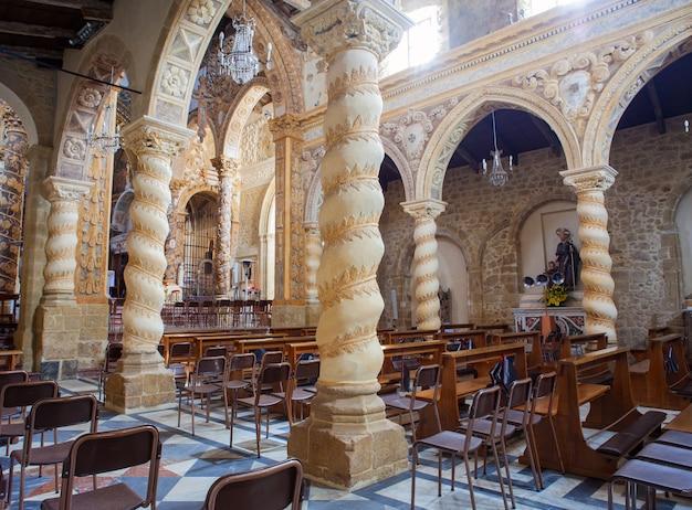 Interior da basílica de san leone, assoro Foto Premium