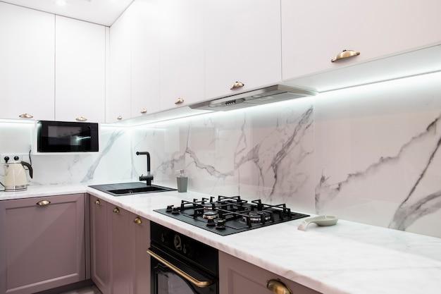 Interior da cozinha mobilada moderna Foto Premium
