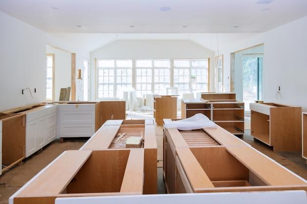 Interior da cozinha moderna com electrodomésticos no fogão, balcão de mármore com armários brancos de cozinha Foto Premium