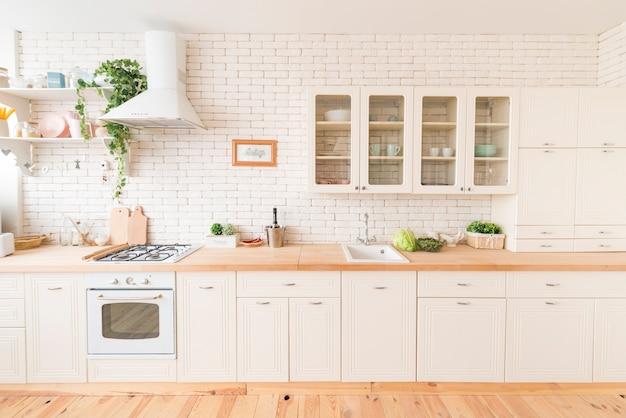 Interior da cozinha moderna com eletrodomésticos embutidos Foto Premium