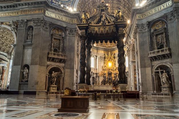 Interior da cúpula de são pedro (basilica di san pietro) cidade do vaticano, roma Foto Premium