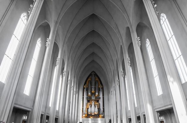 Interior da igreja hallgrãmskirkja em reykjavik, islândia Foto Premium