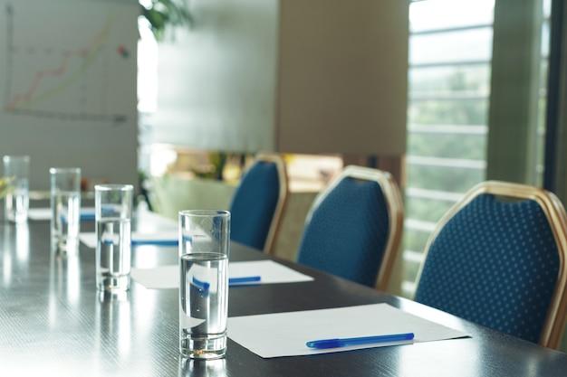 Interior da sala de conferências com cadeiras vazias Foto Premium