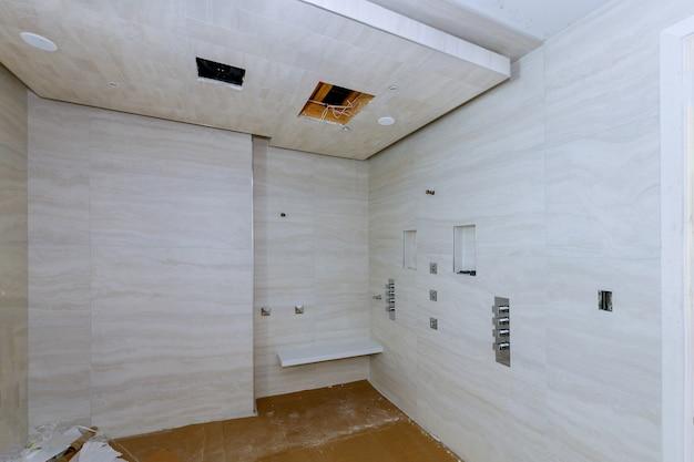 Interior de banheiro de design moderno e box aberto na casa nova Foto Premium
