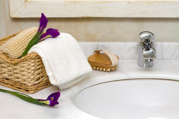 Interior de casa de banho de luxo com pia e torneira Foto Premium