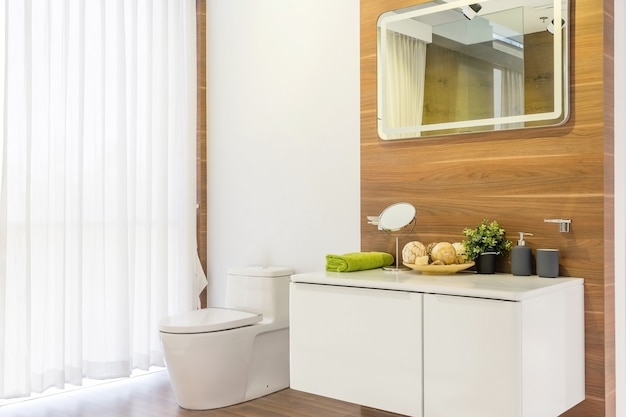 Interior de casa de banho de luxo com sanita Foto Premium
