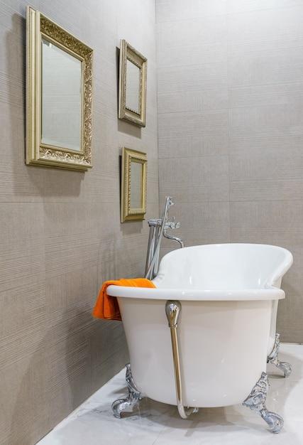 interior de casa de banho moderna com chuveiro minimalista