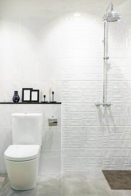 Interior de casa de banho moderna com moderna bacia de bancada, sanita e espelho Foto Premium