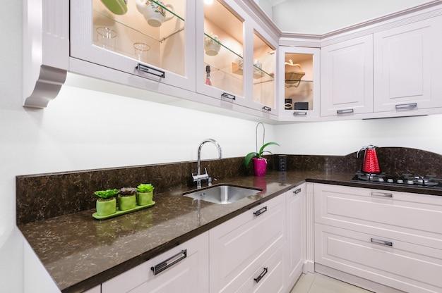Interior de cozinha bege moderna de luxo Foto Premium