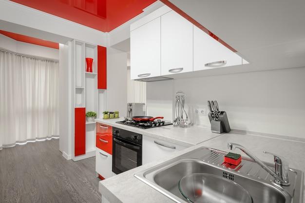Interior de cozinha moderna de vermelho e branco Foto Premium