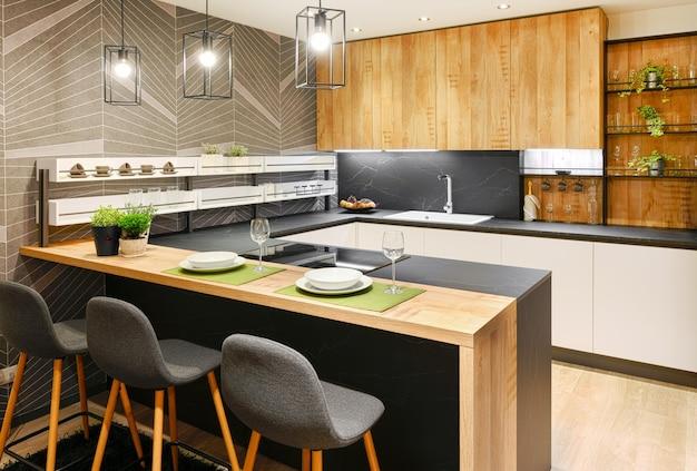 Interior de cozinha moderna equipada com eletrodomésticos e balcão de bar Foto Premium