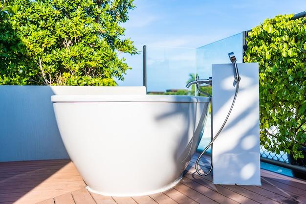 Interior de decoração de banheira branca de luxo bonito de casa de banho Foto gratuita
