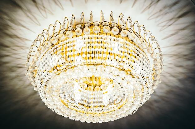Interior de decoração de lustre de cristal de luxo bonito Foto gratuita