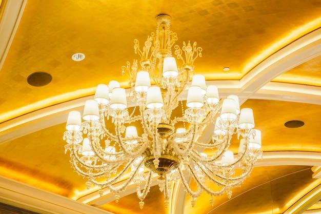 Interior de decoração lindo lustre de luxo Foto gratuita