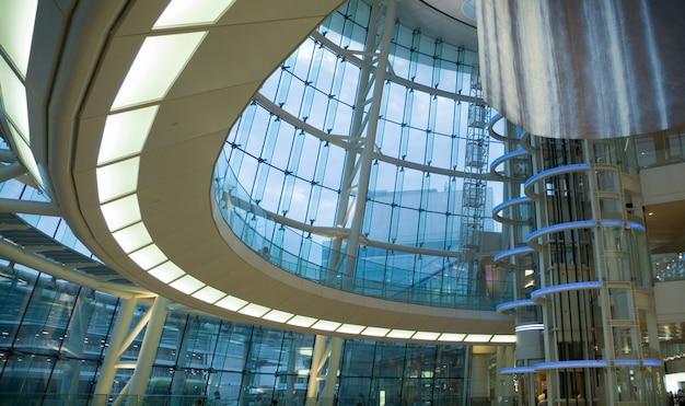 Interior de edifício futurista moderno - salão público do aeroporto japonês Foto Premium