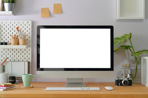 Interior de escritório criativo em casa com suprimentos de fotógrafo elegante e exibição de computador Foto Premium