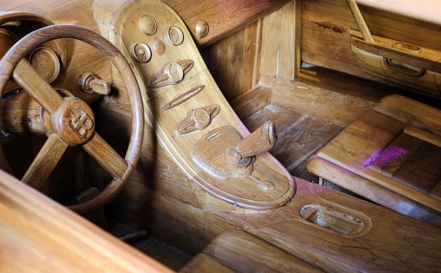 Interior de madeira de um carro de madeira Foto Premium