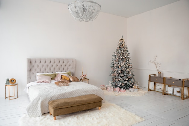 Interior de natal com árvore de natal, caixas de presente Foto Premium