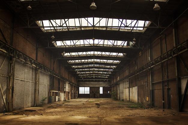 Interior de oficina de fábrica velha vazia abandonada Foto Premium