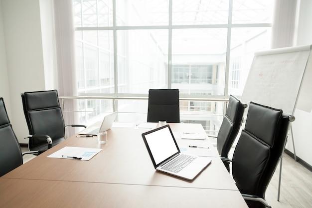 Interior de sala de reuniões de escritório moderno com mesa de conferência e grande janela Foto gratuita