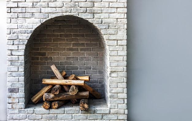 Interior de tijolo de lareira de madeira Foto Premium