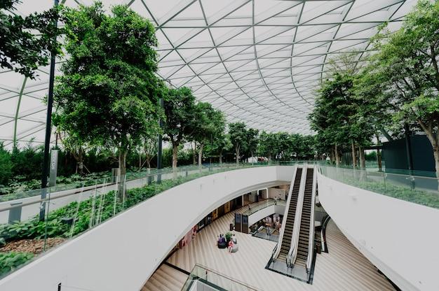 Interior de um aeroporto com windows Foto gratuita